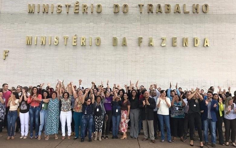 Trabalhadores e servidores protestam pela manutenção do Ministério do Trabalho