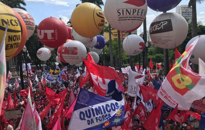 Mais de 10 mil trabalhadores protestam contra o fim da aposentadoria em São Paulo