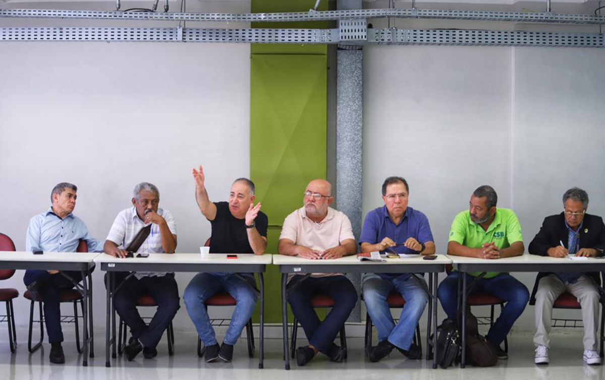 Centrais mantêm mobilização, mas avaliam evolução da crise na saúde
