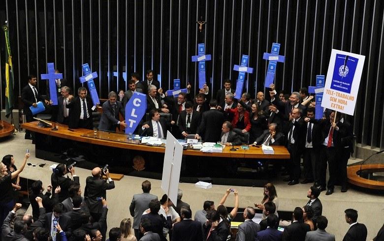 Câmara dos Deputados aprova reforma trabalhista por 296 votos a 177